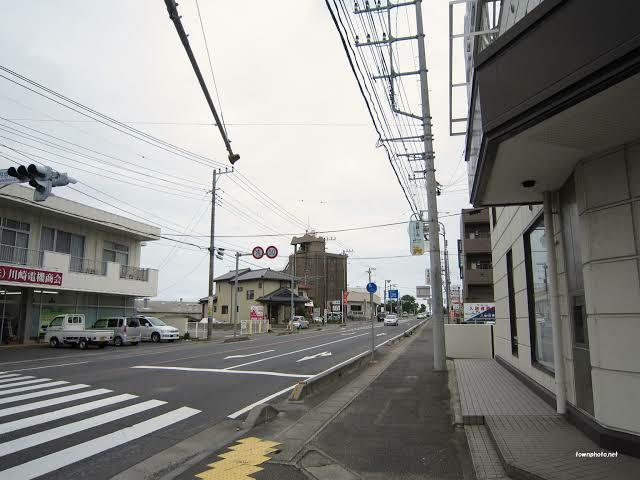 路肩が狭い道路でのロードバイク走行について 茨城県の東海駅周辺の原研通りという道路では路肩が写真のようにかなり狭いです。 この通りをロードバイクで毎日通ってるのですが、歩道を走っていいんでしょうか? 狭い路肩を走ろうとすると路肩と歩道の間に写真のように仕切りがあり、仕切りにペダルが当たると右に転ぶ(自動車側に転ぶ)可能性が高いのでとても怖いです。 白線飛び出て車道を走行するんでしょうか?車のスピードもかなり速いので心配です。