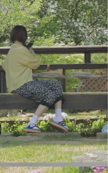 ナヨンがこの動画ではいているサンダルどこのものかわかりますか? https://youtu.be/9-0JlD02-WY