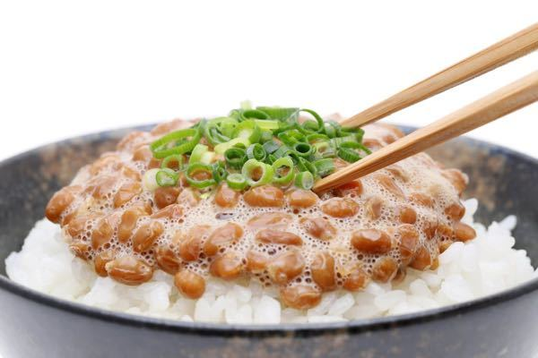 ⚾️【納豆ご飯】に ついて。 ❶ 納豆に入れるものとして カラシ、ネギ、タレは 認知されていると思いますが「青海苔」は 許容範囲ですか? ❷ 納豆ご飯を召し上がる場合、 納豆とお米の割合は いかほどですか? 私は納豆70% お米30%です。 必ずではありませんが、希望的割合です。 (お米より納豆が多い方が美味しいと思うのですが、いかがでしょうか?)