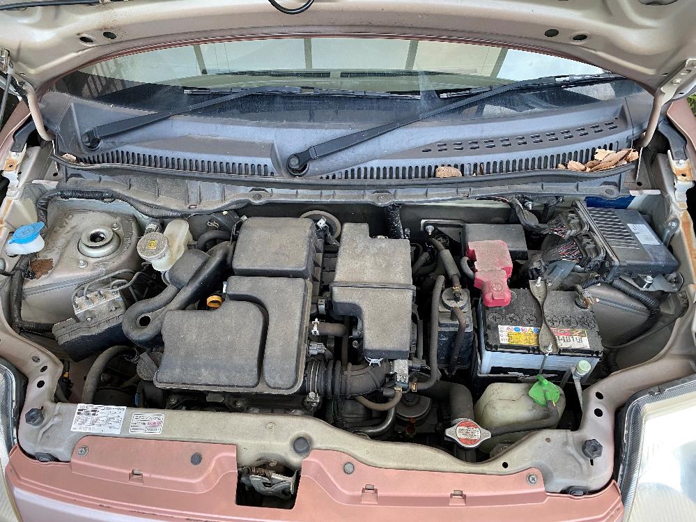 日産の軽自動車「ピノ」のサイトグラスの場所を教えて下さい。 日産の軽自動車「ピノ」を所有しており、最近、エアコンの効きが悪くなってきたので、エアコンガスを補充しようと考えています。 車に詳しいわ...