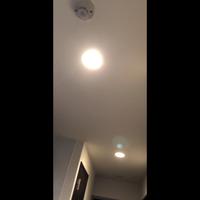 廊下にLED人感センサー電球を設置したいと考えています。 この2つの電球は連動していて一個のスイッチのオンオフで両方ついたり消えたりしてしまうのですが、両方を人感センサーにしても大丈夫でしょうか? 人感センサーの説明文には、2つ使う場合は離して使用と記載していたのですが、、、  また人感センサー電球を設置した際は、元のスイッチを常にオンにしている状態なのでしょうか? その場合、一つを...