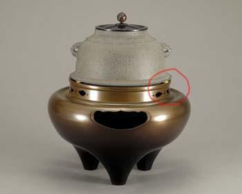 切合釜を朝鮮風炉や琉球風炉の口に据えるとき、釜の羽下にある突起が中央に一つの方が正面なのか、二つの方が正面なのか御教示ください。 画像で検索するのですが、いずれのものもあり悩んでいます。