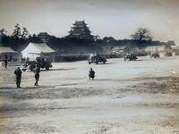 お城についての質問です。 戦前の写真と思われますが、これは何城で、軍隊は何の式典をしているのでしょうか?  分かる方、よろしくお願いします。