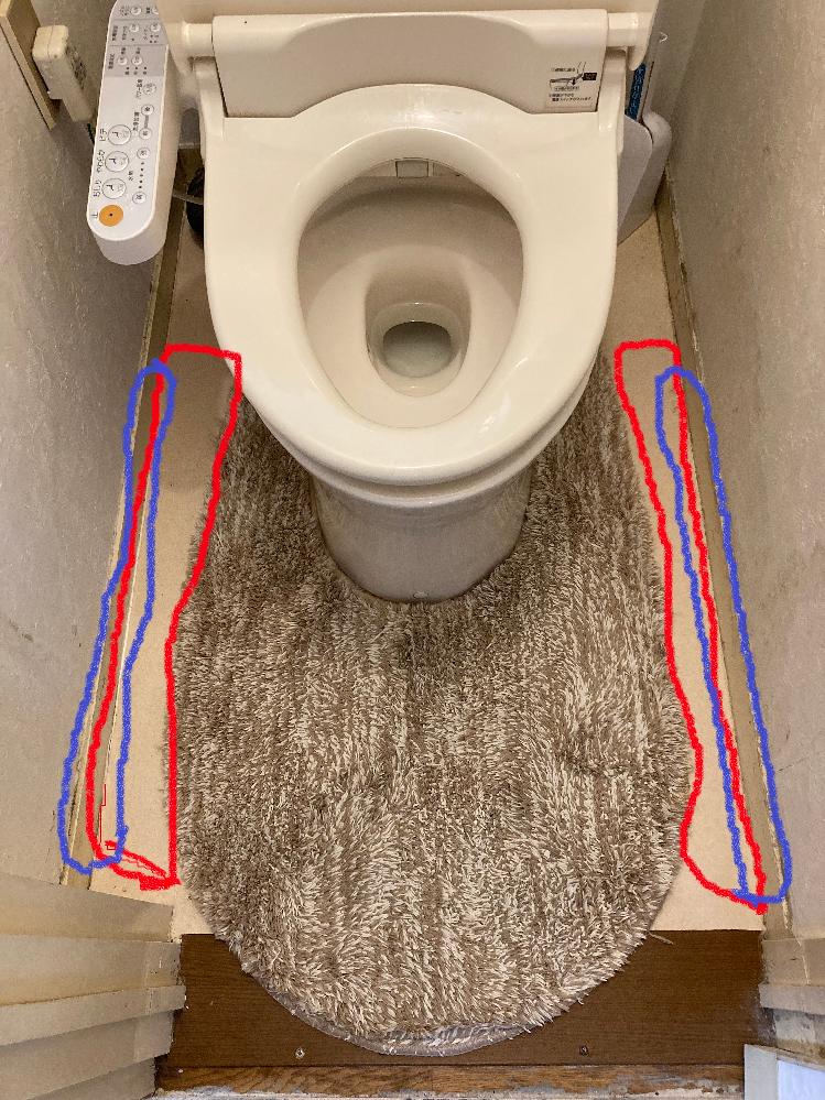 よろしくお願いします。 自宅のトイレに写真のようなマットを敷いています。 ただ、赤で囲った部分がカバーできておらず、おしっこが飛び散って一日に何度もトイレットペーパーでふき取っています。 うちは導尿している家族もいるなど事情があり、座っておしっこをするという選択肢は無しでお願いします。 より大きなマットを買おうと思い、ニトリの以下の商品を検討しています。 https://www.nitori-net.jp/ec/product/7702433s/ ただ、難点があります。 このマットを敷いても、床の左右それぞれ2cmくらいは、マットでカバーできず床が裸になってしまう部分が出てきます。また、床に接している壁4~5cmくらいの高さの部分もおしっこがよく飛び散って拭いていますが、その部分もマットでカバできません。 以上、マットでカバーできない部分は青で囲った部分です。 ご相談なのですが、 1.ニトリのマットを買ったとして、他の商品を併用するなどして、マットでカバーできない部分(青の部分)におしっこが飛び散らないようにうまく覆う方法はありますか?どんな方法があるか教えてください。 2.ニトリのマットを買う以外に、おしっこをわざわざふき取る手間を省けるようなよい方法があれば教えてください。 よろしくお願いします。