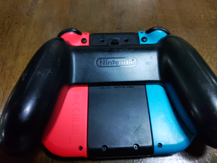 Nintendo Switchのジョイコングリップの上部にある壁掛け様な穴は何のための穴でしょうか❓️