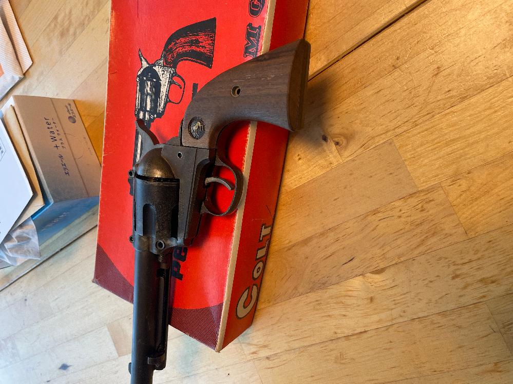 モデルガンのようですがこの銃の詳細を教えて下さい又市場等でどの位の価値があるものなのでしょうか? 箱にはCMC コルト ピースメーカーと書いてあります。