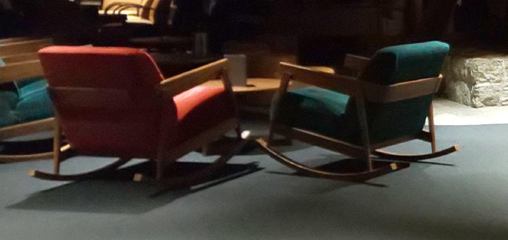 以前、スイスのグリンデルヴァルトにあるサンスターホテルに宿泊した際、ラウンジにロッキングチェアが置いてありました。 大変座り心地がよかったので似たような椅子を探していますが、なかなか見つかりません。 もし類似品等ご存じの方がいらっしゃればご教授ください。 ※参考に写真を添付します。夜間に撮影したもので、不鮮明です。