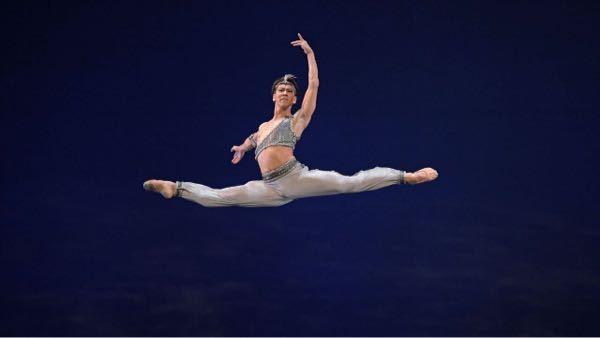バレエの男性衣装についてです。 このような形の男性衣装のトップスはあきは脇にきてホックとかスナップとかでしょうか??