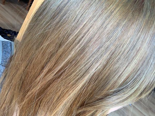 ボンディングブリーチ2回とカラーバター(ダークシルバー、トリートメント1:1)で髪を染めました。 ムラができてしまい美容院での染め直しを考えています。(たぶん、ブリーチの時点でムラができていた+インナーカラーをしていたからだと思います) どのくらい期間を開けて行くべきでしょうか? ブリーチ歴は今回のものを含め外3回、インナー4回です。 今までは美容院でカラーをしてもらっていました。 ブリーチで毛がちぎれたりはしておらず、ダメージは少ない方だと思います。 髪質は、多毛、毛が太く硬い、直毛です。 色的には黒くなっておらず、茶色っぽく、ムラのせいで若干緑がかっているところもあります。(自然光で撮影しました)