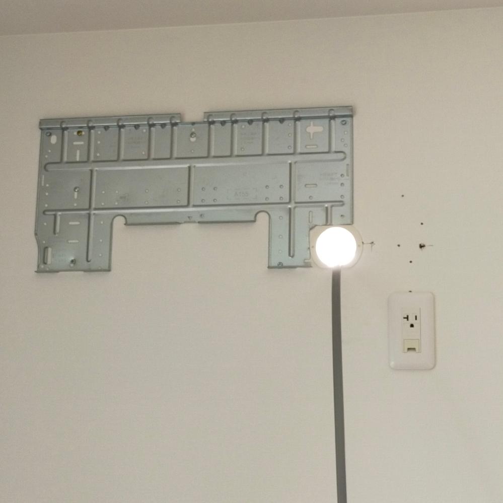 はじめまして。某家電量販店K電気にてエアコン購入し、新築戸建にエアコンを付けてもらったのですが、業者によく分からない穴を開けられたのと、何も言わずに帰って行きました。 穴自体はエアコンに隠れるので、こんなことはエアコン工事では日常的なのでしょうか?