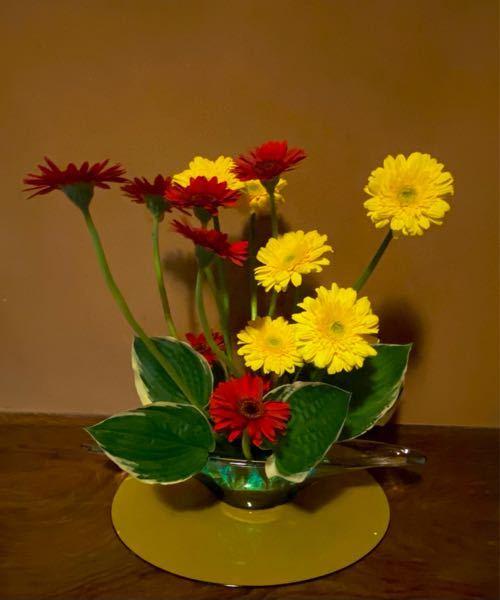 この生花に使われている お花の名前を 教えてください。 よろしくお願いいたします。