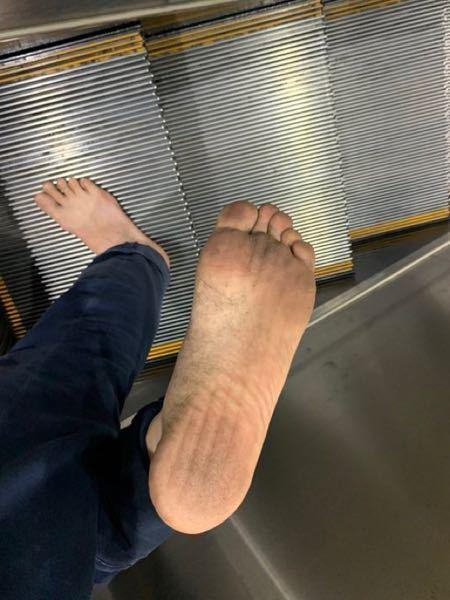 裸足好きです 裸足のままで外歩いていますが公然わいせつ罪で不審者情報には載せないですか? ズボンや服は着てます
