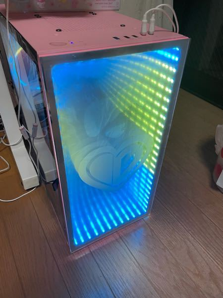 先日自作PCを購入したのですがどうしても写真の側面のパーツがずれ落ちてしまいます。 夏で暑くて接着剤が緩んでしまっているのでしょうか?(部屋は一応30度以下に保たれています。) 何か対策法はありますか?