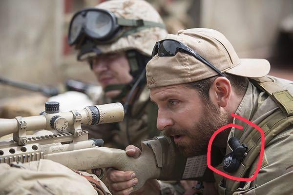 よく戦争映画とかで見かける兵士が肩に 方位磁針らしきものをつけてるのを見かけます これは一体なんなのでしょうか教えてください
