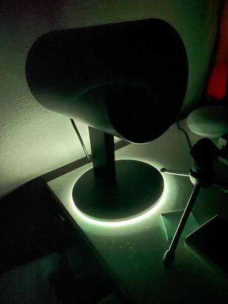 パソコンの電源を切ってもこのrazer nommo chromaと言うスピーカーの照明が消えません。どういった設定をすれば電源を切った時にこれを消せますか?