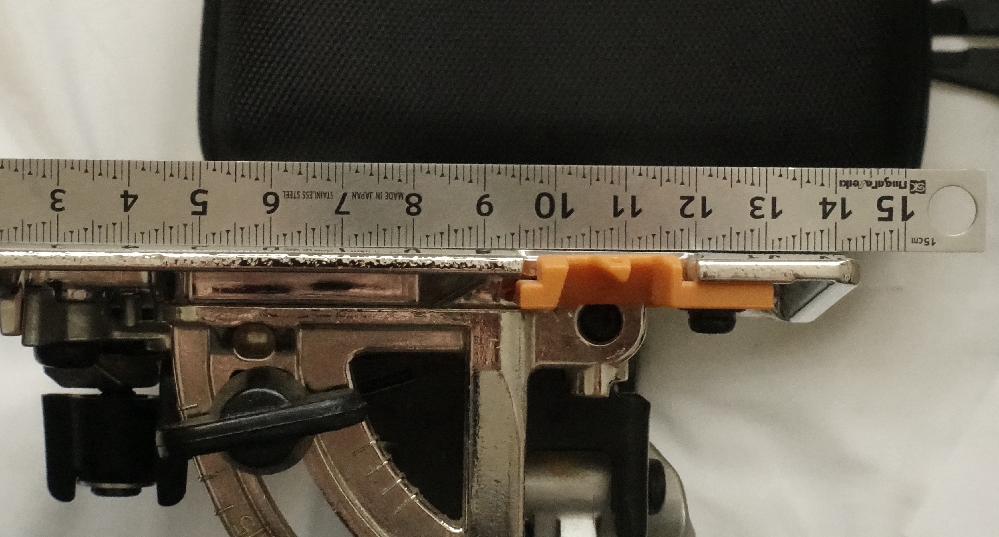 初めて丸鋸を購入しました。マキタのHS631DZSBです。商品が届いて本体を確認したところ気になる点があったので質問させていただきます。 本体をひっくり返しトップガイド(オレンジ)のすぐ後ろのところにスコヤと差金をあてたところ端の方に最大約0.5ミリの隙間がありました。さらにスコヤを刃の方向に移動すると中央に隙間はあるものの先端ほど隙間は見られませんでした。この精度でも問題なく木箱や額縁など製作可能でしょうか?あるいはこの隙間は問題がありでしょうか?精通している方どうぞよろしくお願いします。