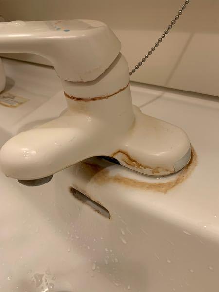 掃除でお聞きしたいのですが、画像の黄色い汚れどうすれば落ちますか? アパートの賃貸の備え付けの洗面所なので、どうしても落としたいです。 よろしくお願い致します。