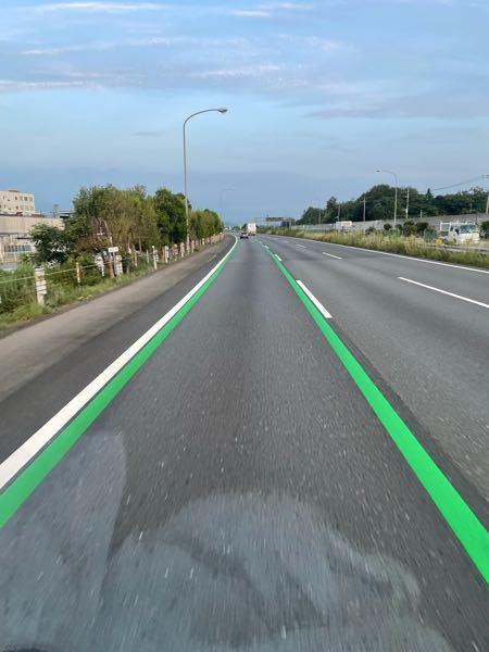 関越自動車道の下り車線で写真の様な緑線が約3㌔に渡り引かれていました。 これは何を意味するのでしょうか? この辺りは上り坂で速度低下注意かなぁ?とも考えましたが。また、ネットで調べても、話題には...
