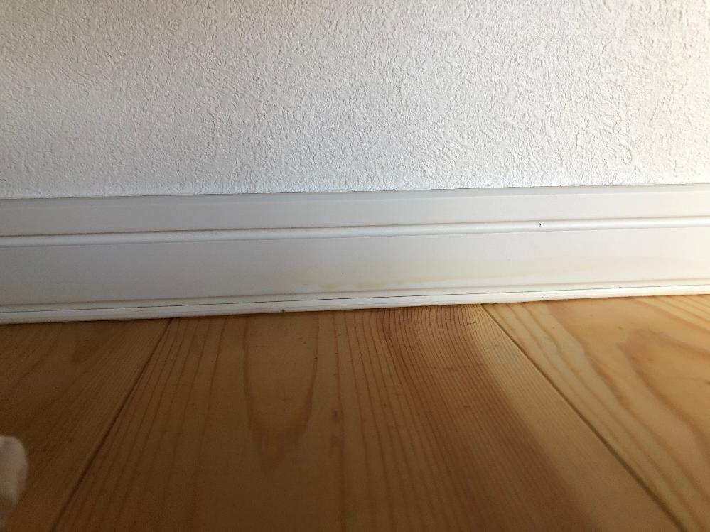 新築1年目です、巾木の汚れについてですがこれは何の汚れなのでしょうか?またどのように手入れすればよいでしょうか?