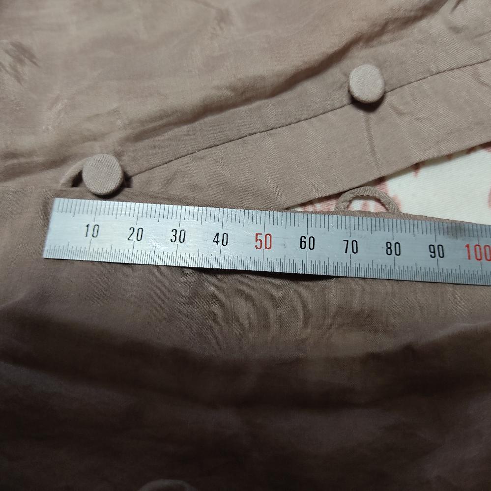 ボタンループとボタンのサイズが合わず、すぐに取れてしまいます。 ボタンは直径9mmループの生え際の内径は10mm、ループを手で引っ張った縦の内径も10mmくらいで、 そう小さくは無いのですが、ボタンとループがどちらもすごく薄いので、ぶかぶかなのだと思います。 ボタンを替えようと思うのですが、直径と厚みは、どれくらいのものがでしょうか?