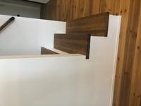 このような形の階段なのですが、ベビーゲートをつけたいと考えています。 2段目以降につけるしかないのでしょうか。このような形の階段につけられるベビーゲートはありますか?? (写真の向きが分かりにくくてすみません。)