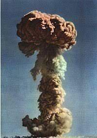核兵器廃絶!と言ってる人々は核兵器とは全く違う原理で核兵器級の爆発を起こす兵器なら良いわけですか?