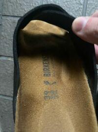 ビルケンシュトックで最近チューリッヒを買ったんですが 靴のソール?部分の文字が黒でした 青色だったり金色だったり文字の色がちがうやつがありますよね?あれって違いはなんなんでしょうか?