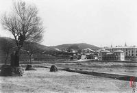 1899年夏季,一场斑疹伤寒和回归热袭击了青岛,让住在青岛前清军兵营里的德军遭受重创,第二任胶澳总督奥托•叶世克(Otto Jaschke)也被这场伤害夺去生命! 由此,青岛驻军营房卫生条件太差、缺少通风与排水系统等问题,成了大事。柏林决定,为驻防青岛的德军新建营房。于是,青岛就有了屹立至今的三座德军营房建筑群。图为伊尔蒂斯兵营。 この文章を日本語で翻訳して欲しいです、宜しくお願いします。