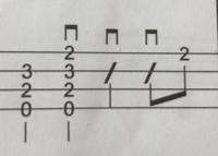 ウクレレのソロの練習をしています。  2 3 2 0  の上にある記号はここだけ親指ではなく、 ダウンストロークで弾くということですか?  宜しくお願いします。