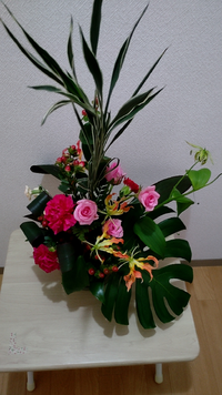 フラワーアレンジメントの花材と葉の名前。 こちらのフラワーアレンジメントに使われている花材の名前を葉も含め教えて下さい。 宜しくお願いします。