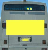 ナンバープレートなんですがこれはokですか? 下には前のプレートの跡がうっすらあって現物はなくて、窓のところに内側から別のナンバー貼ってあります。かなり近づかないとよく見えません。 編集したのは黄色いとこだけで、窓の下の灰色のは実際にありました。 どういう状況なんでしょうか?