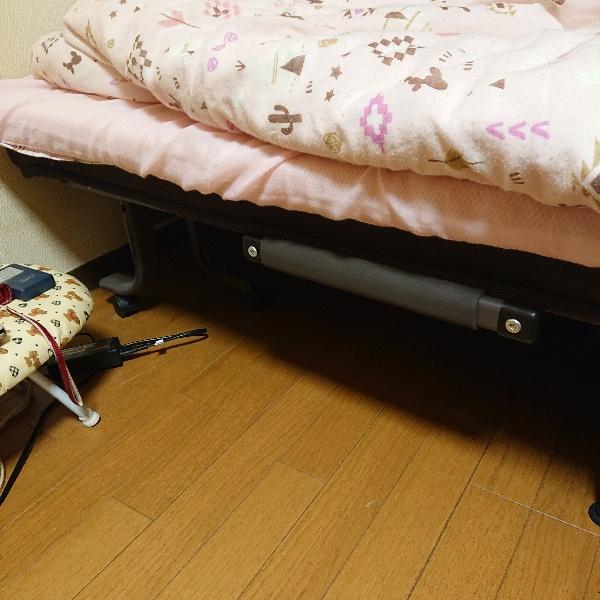 愛犬(7歳)が以前(4歳)膝蓋骨脱臼をやり手術しました。 最近、私のベッドに飛び乗る為再発防ぐようにしたく 段差を防ぐ何か良い商品はないか、又はアイデアが無いかと考えてます。 画像ですが、ベッ...