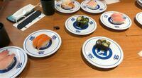 くら寿司について。 くら寿司に行ったことないです。 この写真の机の穴はなんですか? どこのお店にもあるのですか? 変な質問でごめんなさい。