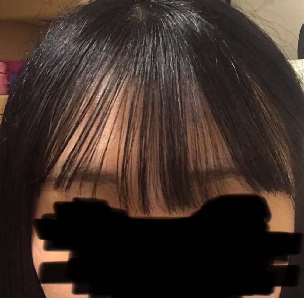 画像は私の前髪で、自分の中では良い方です。(光で上らへんがテカっていたり、角度で曲がってる感じになってしまいました。 )前髪巻いた後にケープで固めて、時間を空けてケープで固まった前髪をクシでとかして巻きました。固まった前髪をとかしたのでカチカチに固まってはいませんが、ケープの液が髪に付いている状態で巻いたので丁度いい感じに固定されています。いつもこんな感じがいいのですが、巻いた後にバーム?みたいなの付ければいいのでしょうか?いつも学校行く時はサラサラのオイルをつけた後にケープをかけています。オイルだけだと巻きがとれるし、崩れやすいです。自然な感じで良いと思うんですが、学校でいつでも直せるわけじゃないのでケープ付けて固定しています。でもケープはかけすぎてるわけでは無いですが、カチカチに固まってる感が苦手です。中間にしたいんですけど、バームを付けるといいのでしょうか?語彙力無くてすみません。
