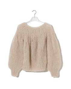 編み物得意な方に質問です! 色々編み図を参考にしようと思って探してはいるのですが、こんな感じのモヘアでざっくりと、首から編んでいくセーターに挑戦したいのですが、似たような編み図ご存知の方いらっし...
