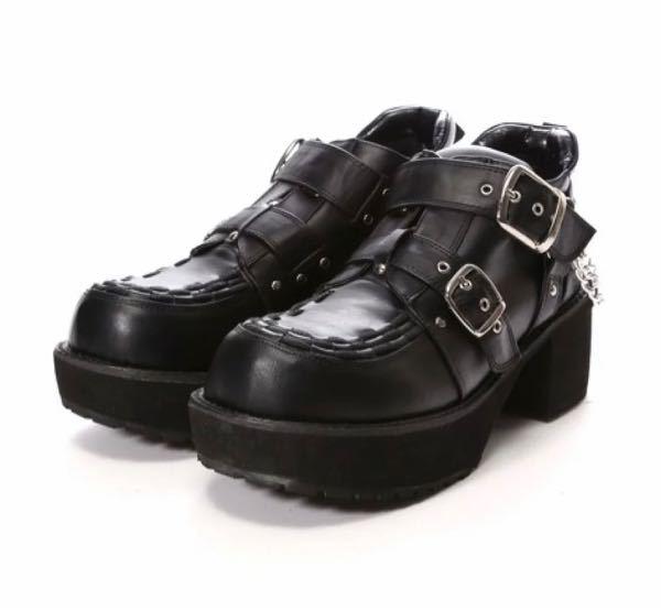 ヨースケさんの靴についての質問です! 下の厚底シューズは大きめを買った方が良いでしょうか?ヨースケさんの靴を購入したことがなく迷っています。 私は女なのですが足が大きい方で普段は26cmを履いて...