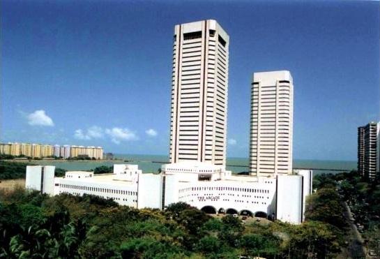 東京、浜松町にある世界貿易センタービル(162m、40階建て、1970年完成)は、 もうすぐ解体し、235m、46階建ての超高層ビルに建て替えられますよね。 では同じく1970年に完成したインド...