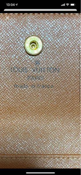 このルイヴィトンの財布は偽物ですか? ボタンの位置から見てブランドのロゴが少しずれているのでそう思いました。 分かる方回答お願いします。