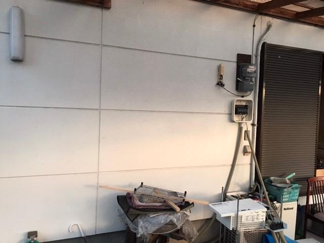 壁にパワーコンディショナー(重量15kgの箱)を設置したい時、強度のある場所はどうやって探せば良いでしょうか? 屋根裏に登って、間柱を探すのが普通でしょうか?