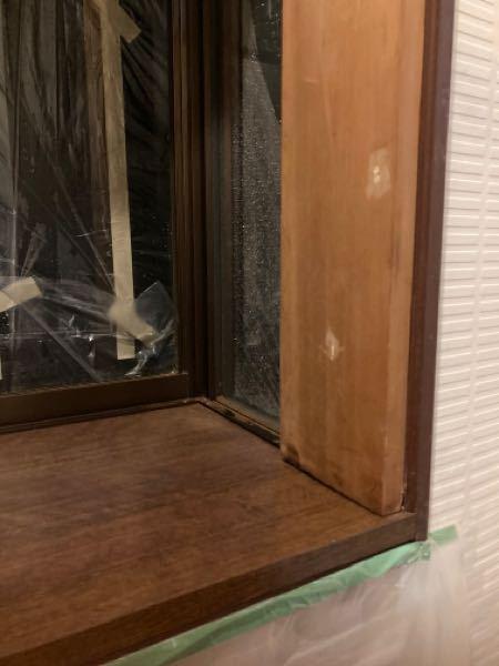 中古戸建て(築30年)を購入後に柱が腐っていることに気がつきました。 売主は個人でそれぞれ不動産屋さんがついています。 購入前に私側の不動産屋さん経由でインスペクションも入れたのですが 実際入居したら雨樋が完全に機能しておらず 出窓の屋根部分に大量の雫があたりそれによって 外壁がびしょ濡れになっております。 雨樋清掃業者に頼んだら集積マスの詰まりが酷いこと 横樋(丸型)の変型も酷いので交換と言われ 足場を組むのなら…外壁塗装もやってしまおうとなったのですが 「1番濡れている出窓横の外壁の膨らみがおかしい 塗る前に該当箇所の外壁を2枚ほど剥がしてみてから 塗装しましょう」 となり 剥がしてみたところ「出窓横の柱が完全に腐っており 今はいないようだが白蟻のいた形跡もある」 と言われました。 室内側も入居後の降雨後は出窓横の壁が湿っぽく 出窓の枠も腐っている柱側を押すとぐらつく感じでした。 出窓には謎に上から木材で三方に枠が増し付けされておりその隙間から腐った木屑が粉のように出てきます。 契約不適合責任の免責特約がありますが 白蟻被害や雨漏り、柱の腐食に 関して売主側が知っていたのに告知しなかった場合 は免責は適用されないと調べたら出てきました。 雨樋は微妙かも知れませんが 以上のことが購入前にわかっていたら今回の物件購入はしていませんでした。 ここで問題なのは明らかに出窓の内枠に腐食の影響があって上から板を貼り付けるようにしてるのを 新築時から板がついていたとしらばっくれている ところです。 先日、私側の不動産屋さんと大工さんがきて 様子を見にきたのですが、新築時からこんな納め方はありえない(素人目に見ても誰がみても新築時にこんな板を貼り付けてあれば大騒ぎだと思います) ただし、後から貼ったという証明をするのも難しい という感じでした。 正直まいっています、 どういうアプローチで証明をしていけば良いのか 知恵をお貸しください。