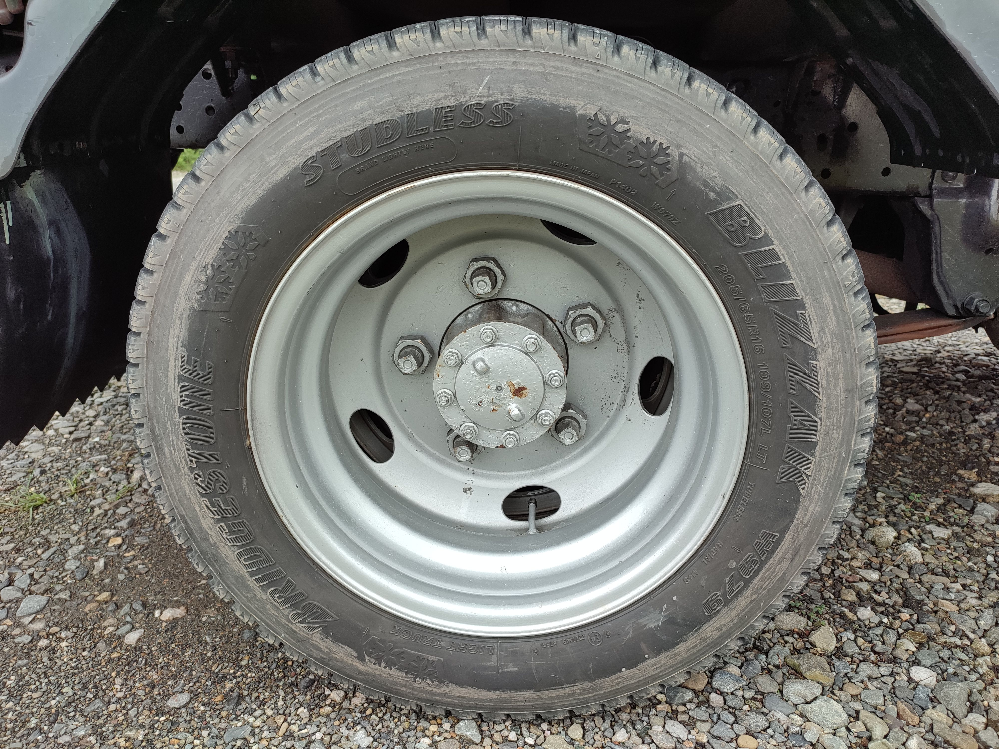 軽トラから2トントラックに乗り替えました。 タイヤが気掛かりですので、教えて頂けると有難いです。 運転席側後輪の外側のタイヤの汚れ方(汚が部分的に付着しない具合)が少し心配です。 なぜ、部分的に汚れが付着しないのでしょうか?200kmくらい走ってもこの様子なので、気掛かりです。 サイドウォールが柔らかくなっているとかでしょうか? 助手席側なら雑草などで汚れが落ちたんだな、と思いますが、運転席側です… タイヤ自体は古いと思いますが、溝もあるし、傷も外観上は見当たらないのでしばらくは使おうかなと思っていますが… しょうもない質問で恐縮ですが、 よろしくお願いいたします。