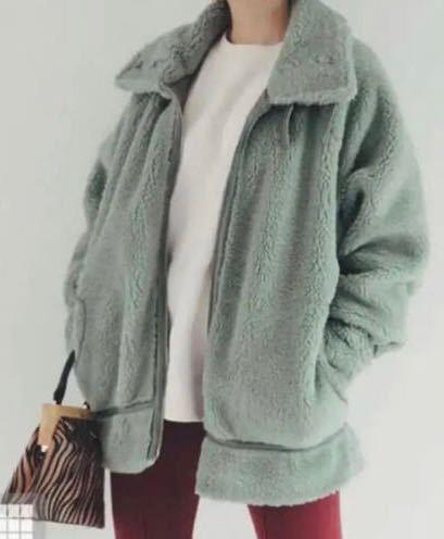 緑のボアジャケット買ったのですが、他にはあまりなくてコーデがわからないのですが、どんなのがいいと思いますか?