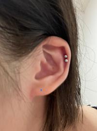耳たぶに3連で開けたいと思っています。 既に1つは開いていて青印の箇所になるんですが耳たぶが小さいのでそもそも3連が厳しいですかね、、、?