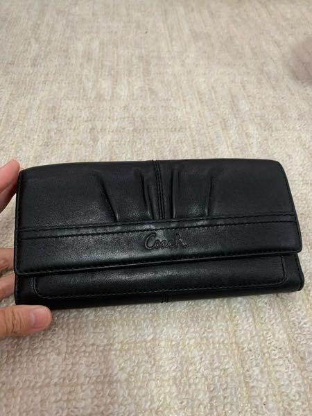 先日こちらのコーチのお財布をオークションサイトで購入したのですが、メイドインチャイナは見つけたのですが、商品番が何処に有るのか見つけられません(° ♜° ) 商品番号の無い財布なんて存在するので...