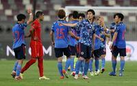 サッカー日本代表のW杯予選ってアウェイでやる時、ユニフォームの背番号の上に選手名が書かれていないことが多いですがなぜアウェイの試合は背番号だけのことが多いんですか?