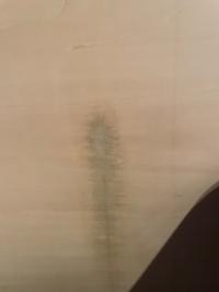 壁の汚れを取ろうとしたら逆に木材がはげたような形になってしまいました。これを補修するにはどうしたら良いでしょうか? 賃貸のため、退去までには補修したいです。教えていただけますと幸いです。よろしくお願いいたします。