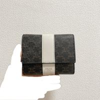 今度セリーヌの財布を買おうと思っているのですが、この写真の真ん中が白になっている財布を公式サイトでみつけられませんでした。これは廃盤なのか、期間限定なのか知っている方がいましたら教えて頂きたいです。 よろしくお願いいたします!