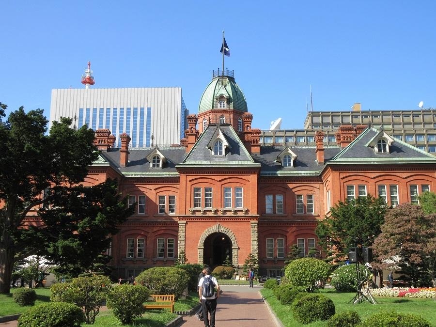 札幌のお土産は名所が描かれた物は少なくないですか? 福岡市もそうですが札幌市のお土産は 市内の名所が描かれた物は、ほとんどないと思いせんか? もっとお土産の箱に札幌市内の名所 「赤レンガ庁舎」や「時計台」や「ビール博物館」や「JRタワー」などを 複数描いた物があってもいいと思いませんか? 横浜、大阪は名所が描かれたお土産は多いです。 だから札幌もあっていいのでは? 写真は赤レンガ庁舎