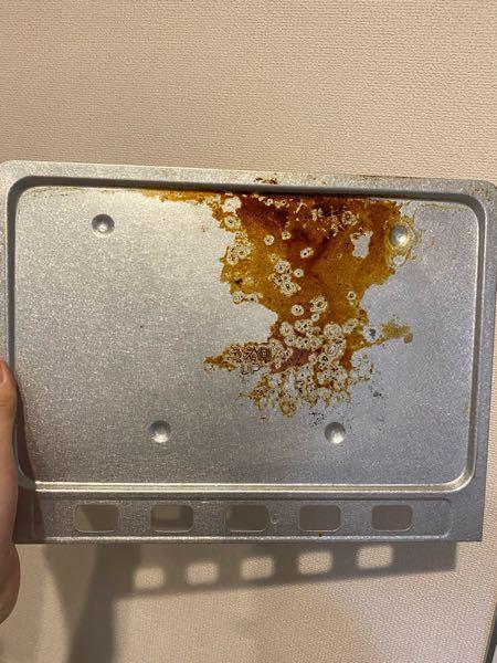 オーブントースターの下の受け皿に、油汚れのようなものがこびりついています。 重曹で簡単に落ちるという情報を見て試してみましたが、ほとんど落ちませんでした。 蓄積された汚れを落とすのはもう難しいでしょうか? 簡単に汚れが落とせる方法があれば、ご教示お願いいたします。
