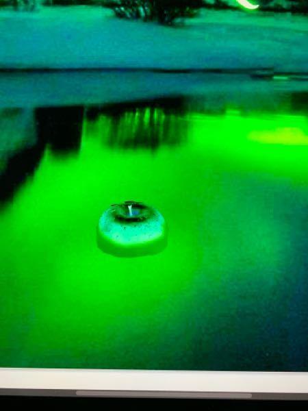 Photoshop 湖面に浮いているリンゴの境界線を馴染ませたい。 湖面に浮いているリンゴ(別の惑星という設定ですので、緑です)を作りました。 湖面との境界線を馴染ませたいと思い、スポイトツールで手前の黄緑色をサンプルして境界線を塗っているんですが、何故かサンプルした色よりも濃い色が塗られてしまい、境界線を上手く馴染ませる事が出来ません。 YouTube で色々と調べて見たのですが解決しませんでした。 どなたか良い方法をご存知の方いましたら、アドバイスをどうぞ宜しくお願い致します。